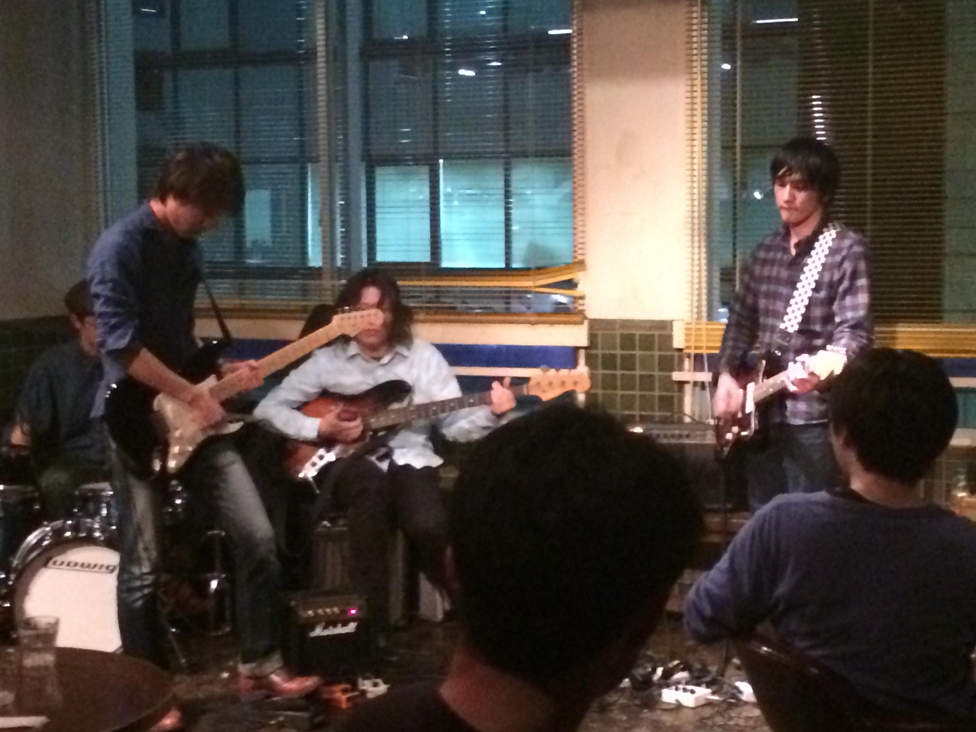 久しぶりにベース弾くと言いながらもとても上手い寺田先生