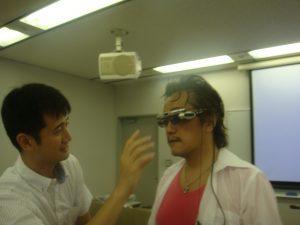 テレスカウターを試着される塚本先生
