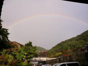 雨上がりに虹が出ていました。